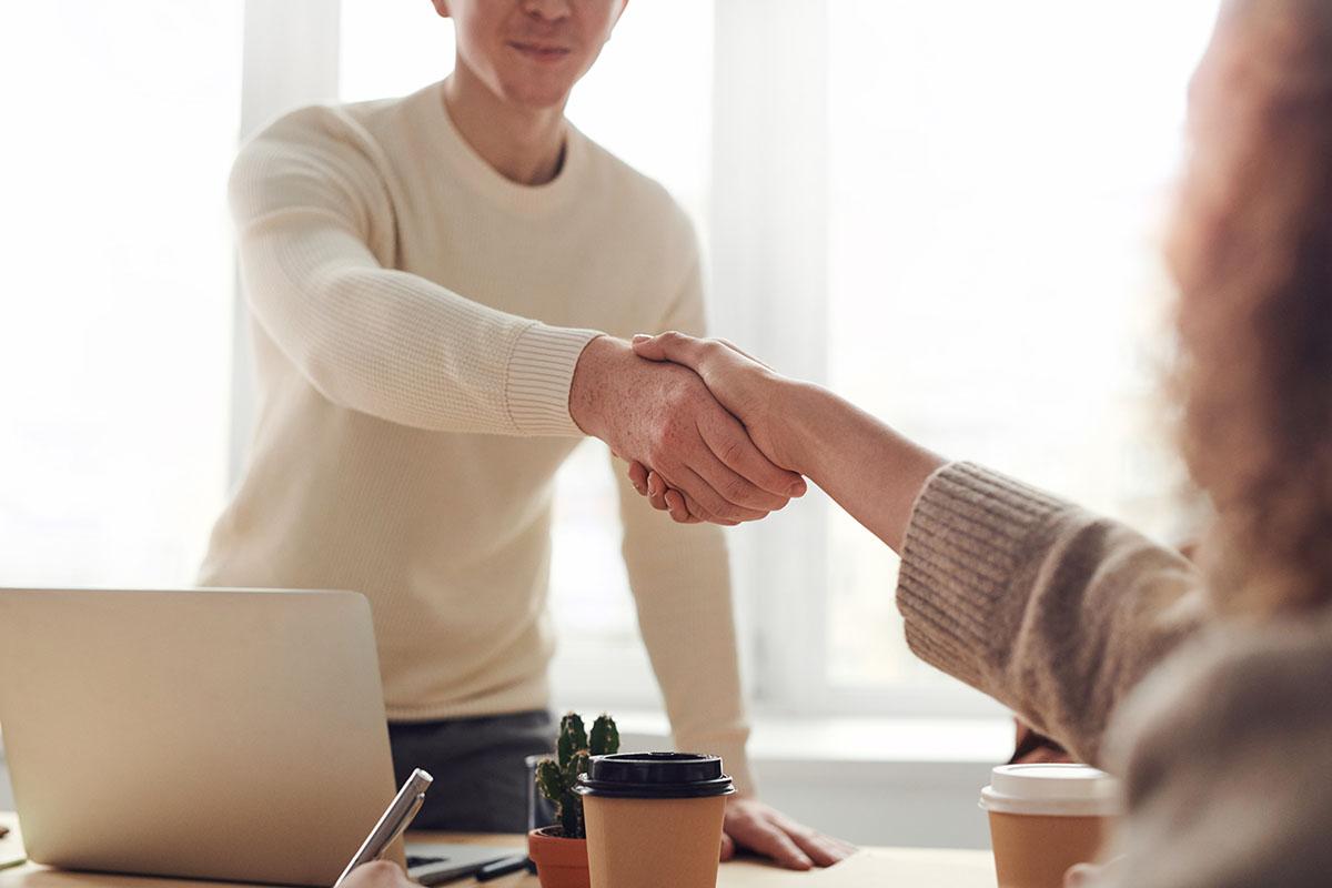 Immagine raffigurante una stretta di mano tra due persone